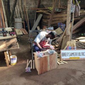 Ein Mann baut Bienenbeuten im Togo