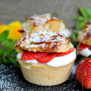 Bee-Sting Muffins with Vanilla and Strawberries