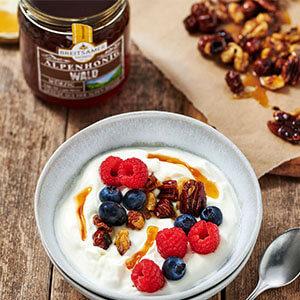 Griechischer Joghurt mit gerösteten Honig-Nüssen