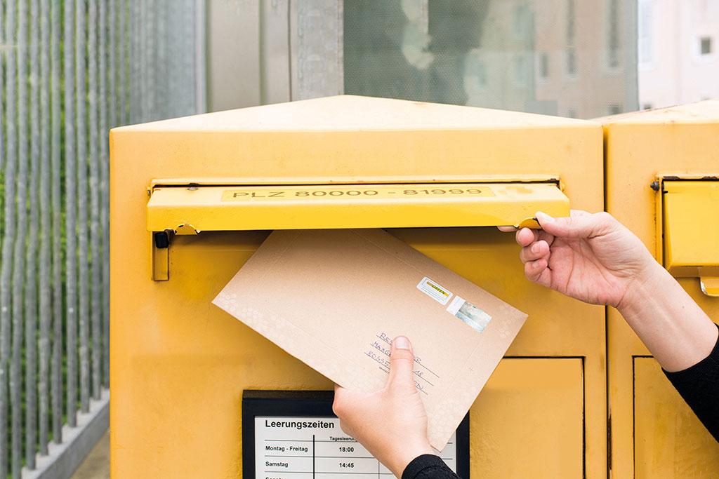 Honigpost wird in den Briefkasten geworfen