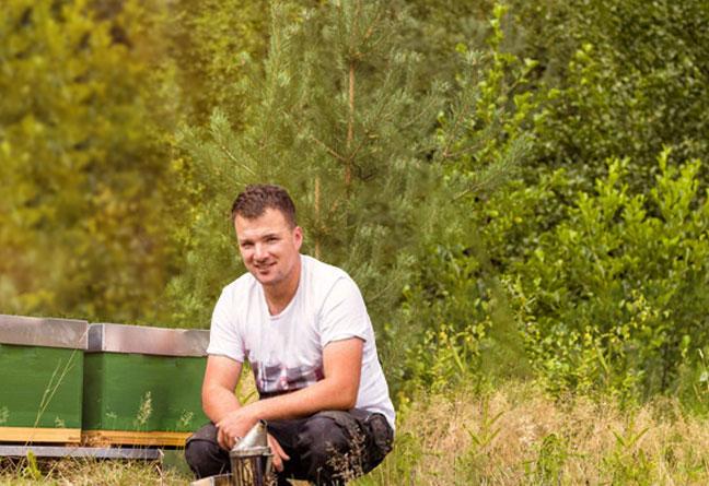 Imker Matthias Müller vor den Bienenstock