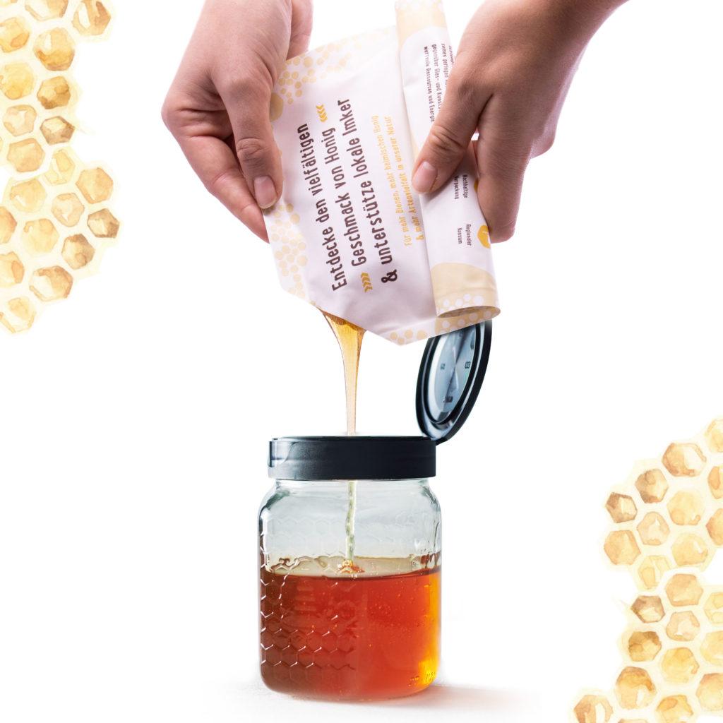 Breitsamer Honigbeutel wird in Wabenglas mit Klappdeckel umgefüllt